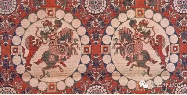 唐代是我国丝织手工业发展史上一个重要的阶段。在这个时期,丝绸生产各个部门的分工更加精细,花式纹样品种更加繁富,丝绸产区更加扩大,织造技术也大为提高。唐艺术雍容华贵,绚丽多彩,毫无掩饰的表现在丝绸纹样及工艺美术品上。它体现了唐代所特有的艺术特色。随着时间的推移,它已经成为大唐盛世的重要表现方面.